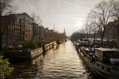 Kanaal in Amsterdam met zonsondergang op de achtergrond stock afbeeldingen