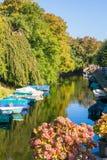 Kanaal in de herfst in Naarden, Nederland Stock Afbeeldingen