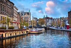Kanaal in de huizenrivier Amstel van Amsterdam Nederland Royalty-vrije Stock Afbeelding