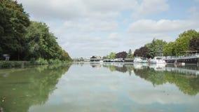 Kanaal in de stad van Reims, Frankrijk stock footage