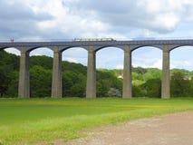 Kanaal die narrowboat over aquaduct overgaan royalty-vrije stock afbeelding