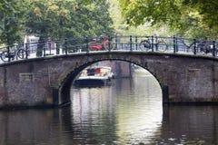 Kanaal en brug in Amsterdam Stock Foto