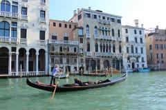 Kanaal en gondel in Venetië Stock Foto's