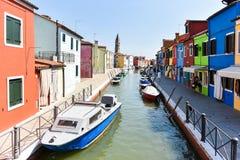 Kanaal en Kleurrijke Gebouwen Stock Foto's