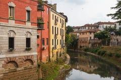 Kanaal en kleurrijke voorgevels van Vicenza Stock Afbeelding