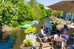 Kanaal en koffieterras in Naarden, Nederland Stock Fotografie