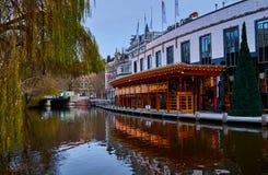 Kanaal en Sushibar in Amsterdam, Nederland royalty-vrije stock foto's
