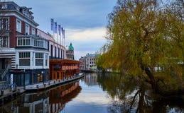 Kanaal en Sushibar in Amsterdam, Nederland stock afbeelding