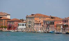 Kanaal en voorgevels in Murano, Veneto, Italië Stock Foto's