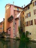 Kanaal et maisons, Annecy (Frankrijk) Stock Afbeeldingen