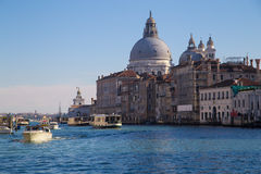 Kanaal Grande met Basiliekdi Santa Maria della Salute Stock Afbeeldingen