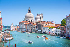 Kanaal Grande met Basiliekdi Santa Maria della Salute in Venetië, Italië stock foto