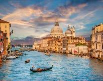 Kanaal Grande met Santa Maria Della Salute bij zonsondergang, Venetië, Italië stock foto