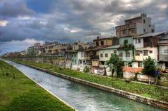 Kanaal HDR en huizen in Hua Lian, Taiwan Royalty-vrije Stock Afbeeldingen