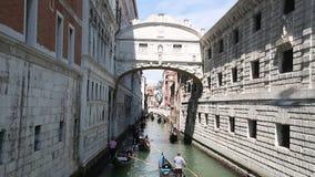 Kanaal met drijvende gondels, Venetië stock videobeelden
