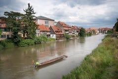 Kanaal met een boot in de Elzas stock fotografie