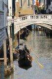 Kanaal met gondels, Venetië, Italië Stock Foto