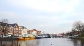 Kanaal met historische huizen in Haarlem royalty-vrije stock foto