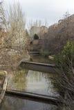 Kanaal met sloten in Guadalajara op de cursus van de rivier Henar Stock Afbeeldingen