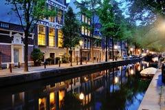 Kanaal van Amsterdam bij nacht, Nederland, Europa Royalty-vrije Stock Afbeelding
