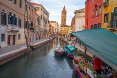 Kanaal in Veneti? De straat van Venetië met kruidenierswinkelboot in kanaal in benedenstad royalty-vrije stock fotografie