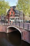 Kanaalbrug en Huizen in Amsterdam Royalty-vrije Stock Afbeeldingen
