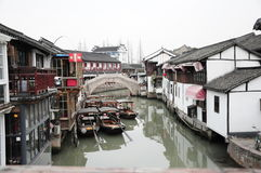 Kanaalbrug in van de zhujiajiao oud stad van Shanghai het waterdorp Stock Foto's