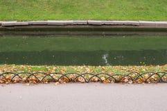 Kanaaldijk in het park Royalty-vrije Stock Fotografie