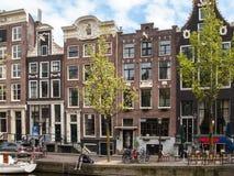 Kanaalscène met fietsen, boten en traditionele Nederlandse huizen in Rood lichtdistrict Amsterdam stock fotografie