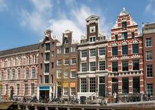 Kanaalscène met fietsen en traditionele Nederlandse huizen in Amsterdam nederland royalty-vrije stock fotografie