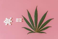 Kanabis est égal aux comprimés Le concept du traitement de cannabis L'utilisation de la marijuana pour des buts médicinaux image stock
