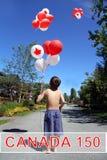 Kanada dag 150 Pojke med födelsedagballonger Arkivbild