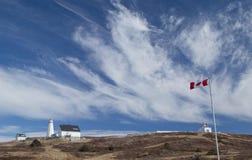 Kanada flaga przy przylądek Oszczepowej latarni morskiej Krajowym Historycznym miejscem zdjęcie royalty free