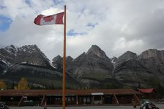 Kanada flagga i de steniga bergen royaltyfri bild