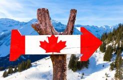 Kanada-Holzschild mit Alpenhintergrund Stockbild