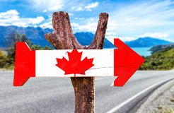 Kanada-Holzschild mit einem Straßenhintergrund Lizenzfreie Stockfotos