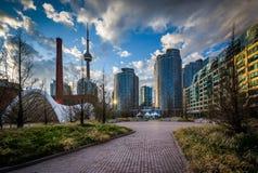 Kanada Kwadratowi i nowożytni budynki przy Harbourfront w Toront Obrazy Stock