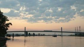 Kanada-Linie Brücke Dawn Train und Schlepper Stockbild
