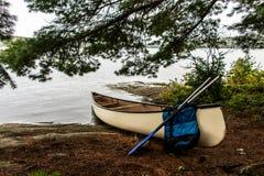 Kanada Ontario sjö av två kanoter för kanot för flodvitmellanrum som parkeras på ön i Algonquinnationalpark Royaltyfria Foton