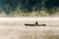 Kanada Ontario sjön av två floder kanotar för vattensoluppgång för kanoter den guld- timmen för dimmig dimma på vatten i Algonqui Royaltyfri Fotografi