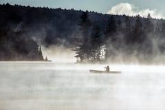 Kanada Ontario sjön av två floder kanotar för vattensoluppgång för kanoter den guld- timmen för dimmig dimma på vatten i Algonqui royaltyfri foto