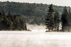 Kanada Ontario sjön av två floder kanotar för vattensoluppgång för kanoter den guld- timmen för dimmig dimma på vatten i Algonqui arkivbilder