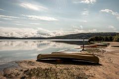 Kanada Ontario sjön av två floder kanotar kanoter som parkeras på near vatten för stranden i Algonquinnationalpark royaltyfria bilder