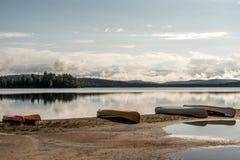 Kanada Ontario sjön av två floder kanotar kanoter som parkeras på near vatten för stranden i Algonquinnationalpark royaltyfri foto