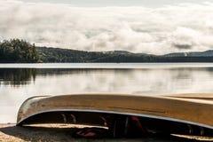 Kanada Ontario sjön av två floder kanotar kanoter som parkeras på near vatten för stranden i Algonquinnationalpark arkivfoto