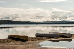 Kanada Ontario sjön av två floder kanotar kanoter som parkeras på near vatten för stranden i Algonquinnationalpark arkivbilder