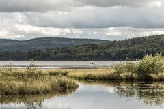Kanada Ontario sjön av två floder kopplar ihop på kanoter för en kanot på vattenAlgonquinnationalparken arkivfoton
