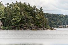 Kanada Ontario sjön av två floder kopplar ihop på kanoter för en kanot på vattenAlgonquinnationalparken arkivbilder