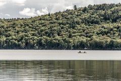 Kanada Ontario sjön av två floder kopplar ihop på kanoter för en kanot på vattenAlgonquinnationalparken royaltyfria foton