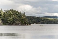 Kanada Ontario sjön av två floder kopplar ihop på kanoter för en kanot på vattenAlgonquinnationalparken royaltyfri fotografi